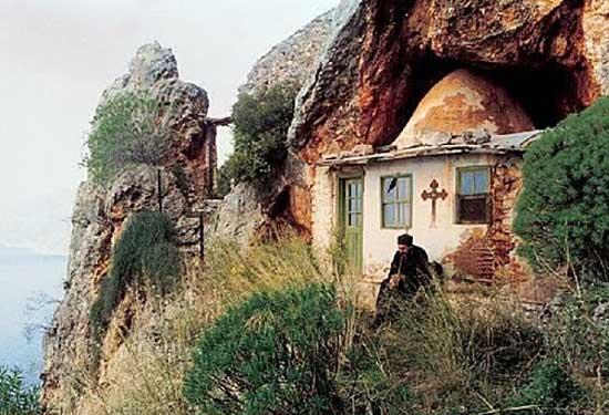 Pustnicii nevazuti ai Sfantului Munte Athos